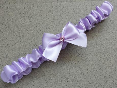 Ivory polštářek pod prstýnky s lila mašličkou,