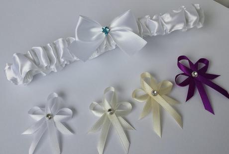 Ivory svatební hřebínek s krajkou a perličkami,