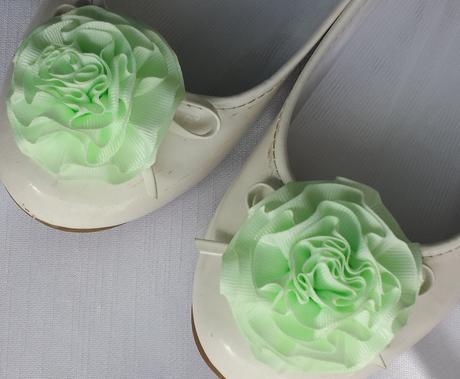 Klipy na boty pro nevěstu s zelenkavou květinkou,