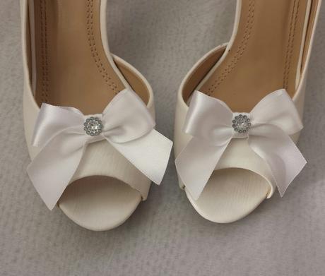 Klipy na boty s bílou mašličkou a brožičkou,