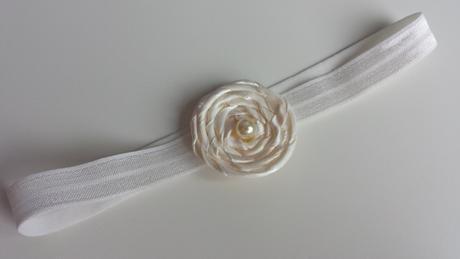 Krajkový bílý podvazek s květinkou, 40