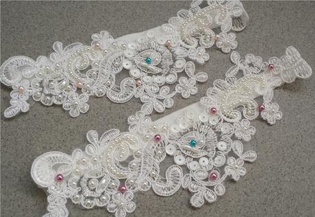 Krajkový luxusní ivory podvazek - fuchsiové perly, 42