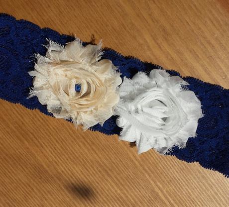 Krajkový tmavě modrý podvazek s květinkou, 42