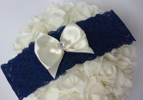 Krajkový tmavě modrý podvazek s mašlí a květinkou, 42