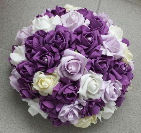 Luxusni bily polstarek s lila kanzashi květinkou,