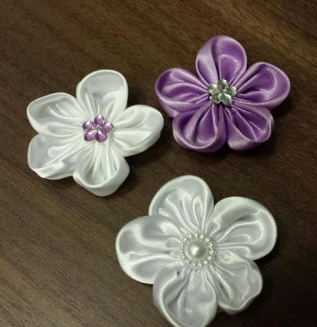 Luxusni ivory polstarek - puntíkatý kanzashi květ,