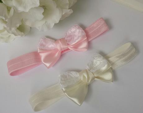 Růžová čelenka s mašlí a krajkou,