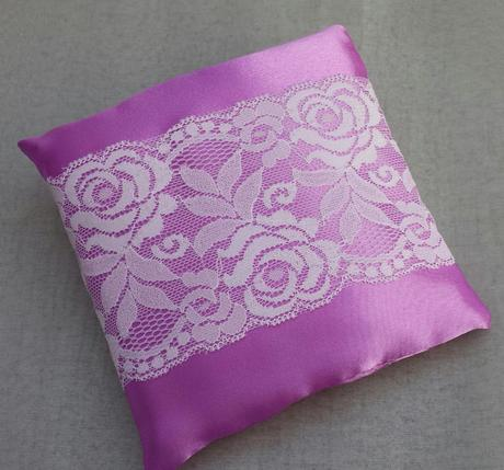 Růžovofialový svatební polštářek s krajkou SLEVA,