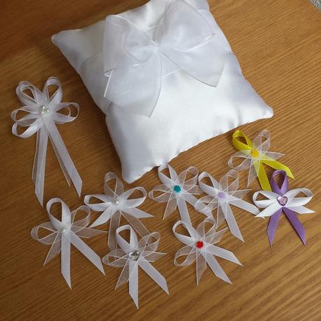 Sněhově bílé svatební vývazky s perlickou,