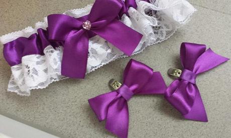 Tmavě fialový polštářek pod prstýnky s mašličkou,