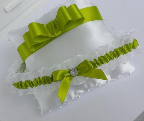 Trávově zelený/bílý šifonovy podvazek, 42