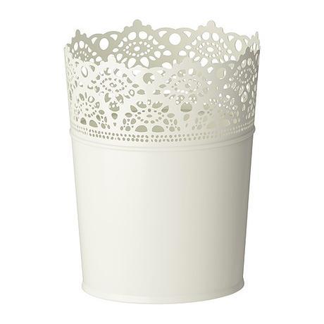 Bílé vyřezávané svícny,
