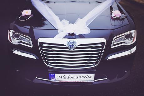 Bielo- ružová svadobná výzdoba na auto,