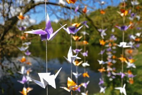 Origami jeřábi - bílá, oranžová, fialová,