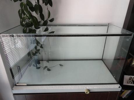 akvárium so stojanom a skrinkou,