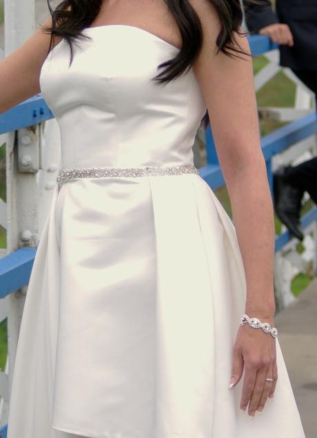 Asymetrické smetanově bílé svatební šaty, 36