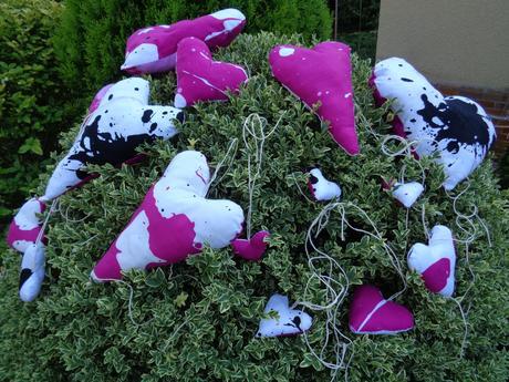 Látková srdíčka bílo-černo-růžová 5-15 kusů,