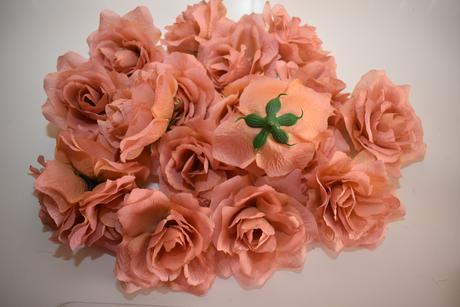 Květy růží velké,