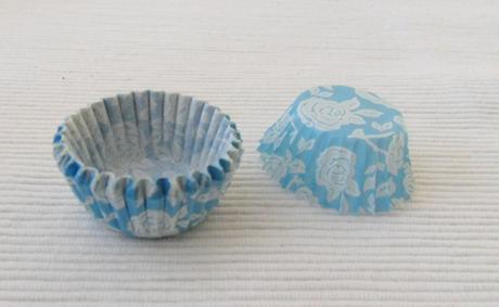 Malé modré košíčky s ružami ,