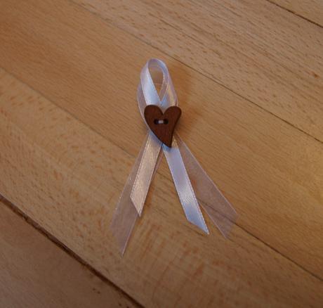 Jednoduché vývazky s knoflíkem ve tvaru srdce,