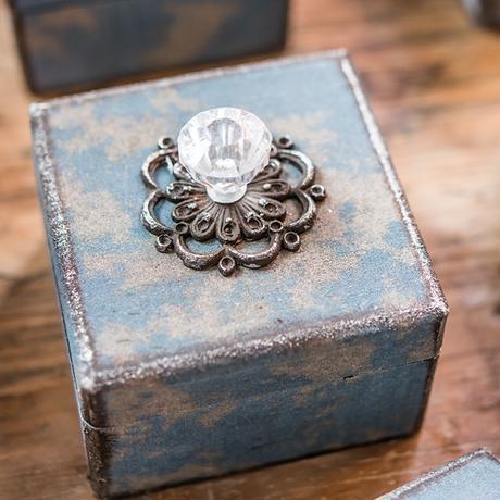 Dekoratívna Vintage krabička s ozdobným držadlom,