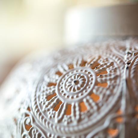 Kovový Starožitný Svietnik so Vzorom - Biely,