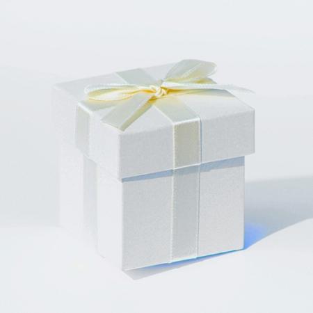 Krabička so stuhou a hodvábnym papierom,
