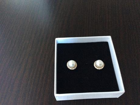 Zlaté naušnice s perličkou,