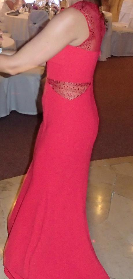 Červené spoločenské šaty, 36