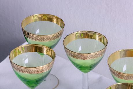 6 zelených skleniček na nožce,