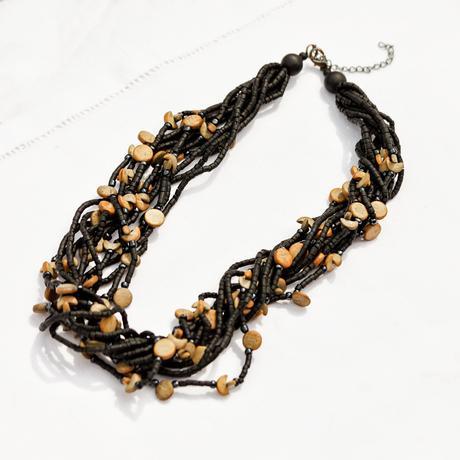 Bohatý, točený, černý dámský náhrdelník,