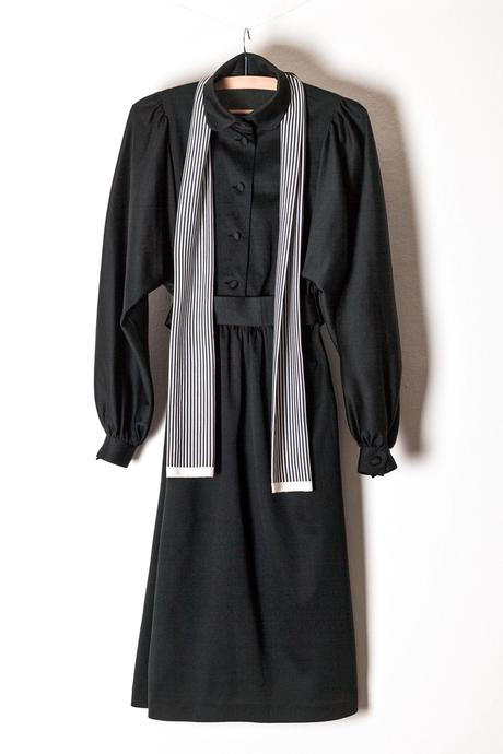 Černé společenské šaty s dvoubarevnou šálou, 40