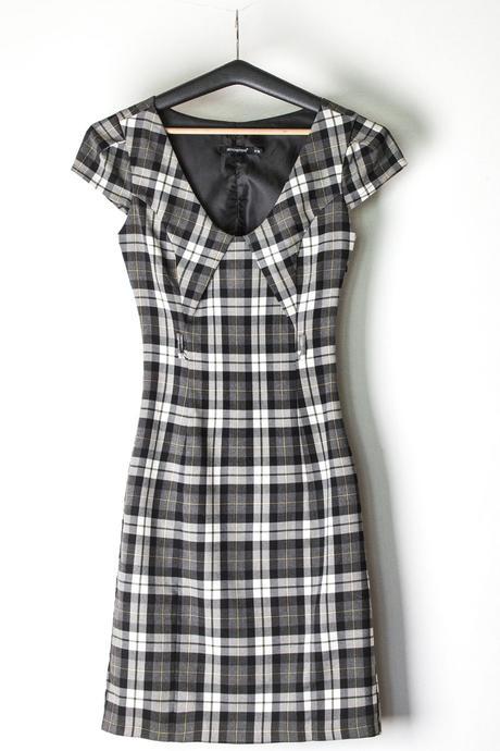 černobílé pouzdrové šaty se zajímavým řešením výst, 36