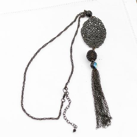 Černý náhrdelník s přívěškem,