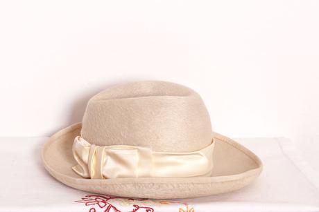 dámský béžový klobouk, 58