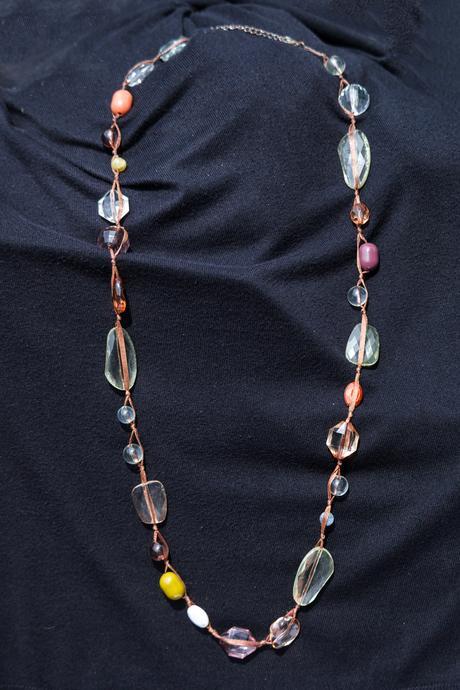 Kombinovaný náhrdelník z korálků na stužce,