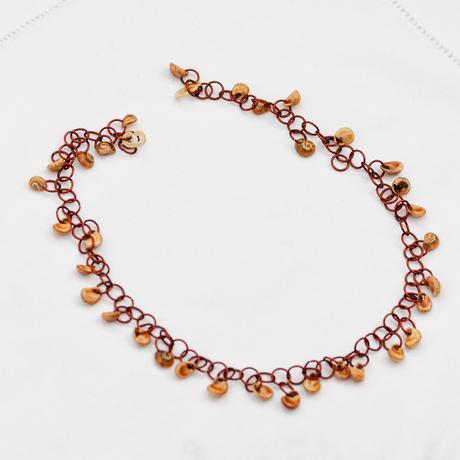 Kovový náhrdelník s mušlemi,