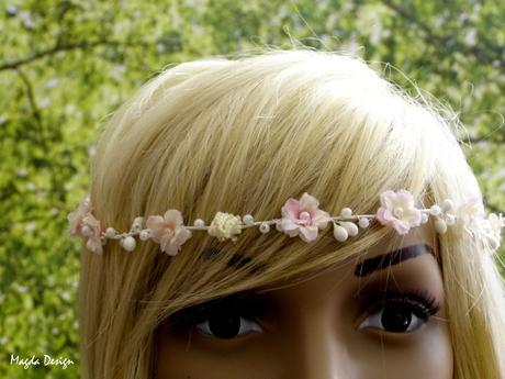 Tiara s růžovými kvítky a bílými perličkami,