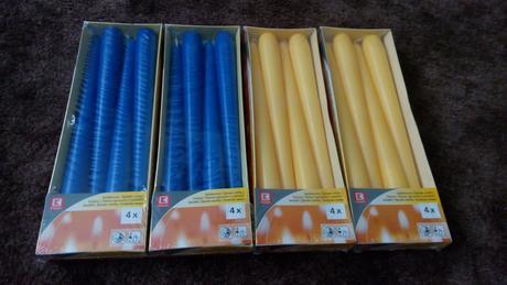 Jasně žluté svíčky a modré svíčky,