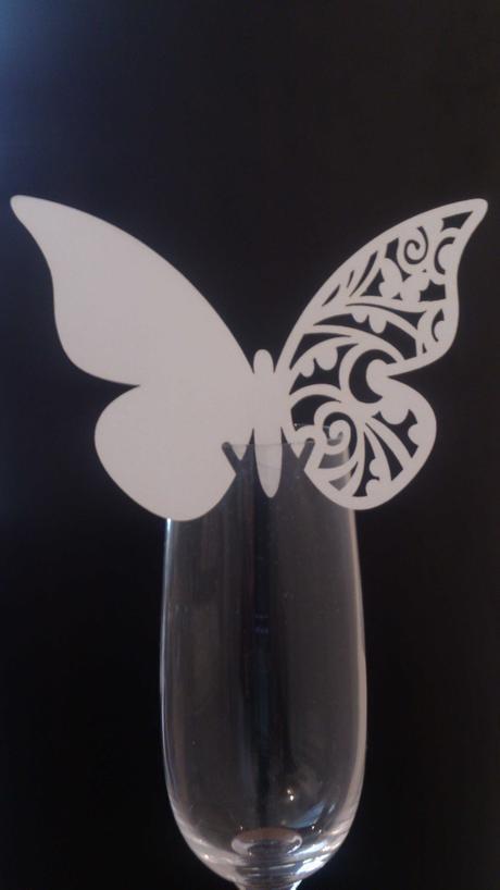 Biele gravírované menovky v tvare motýľa,