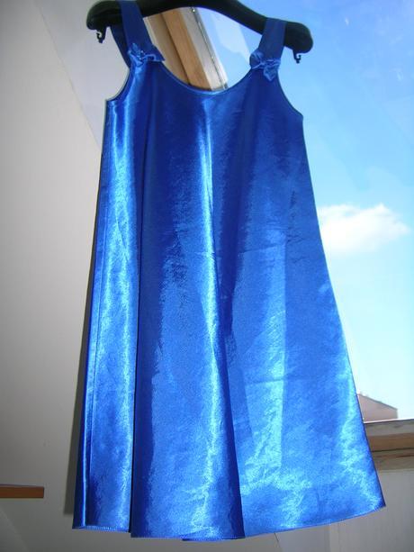 Modré saténové šaty, 158
