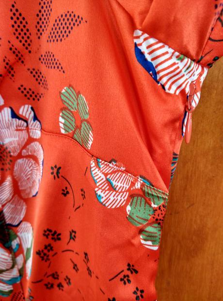 Saténové šaty s kvetmi, 40