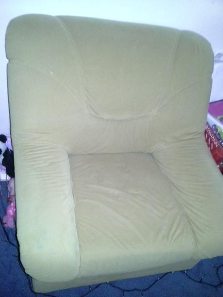 hnědá sedačka,