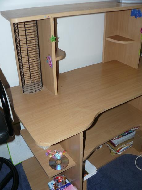 počítačový stůl,