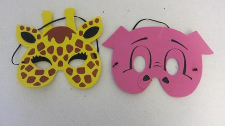 maska žirafy a prasátka,
