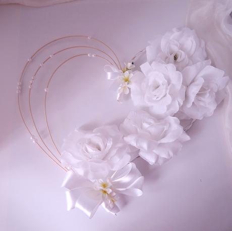 """dekorace na svatební auto """"Srdce a 5 bílých růží"""","""
