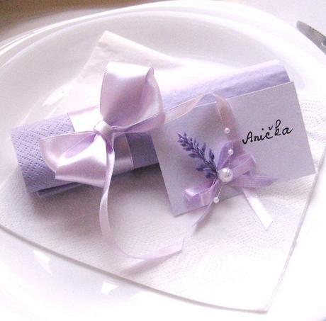 sada k dekoraci stolu s lila saténem,