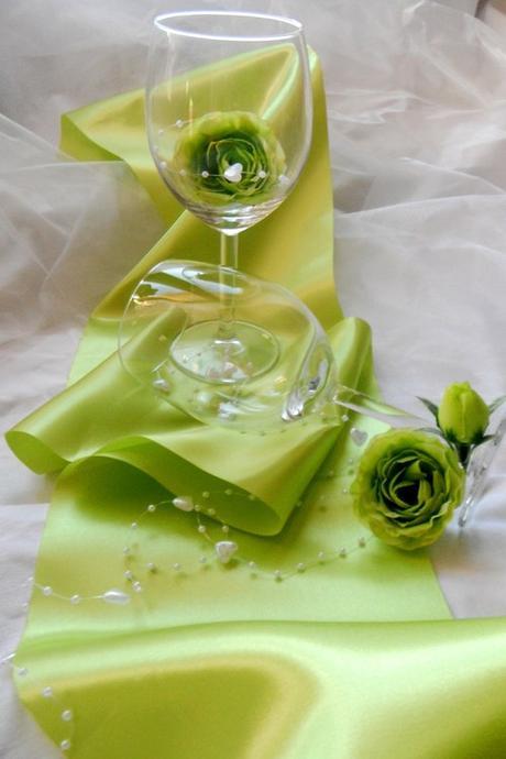 sada k dekoraci stolu se zelenkavým saténem,