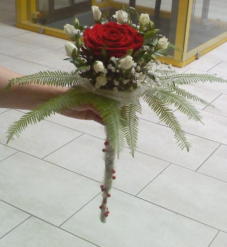 Svatební kytice - růže v kapradí,