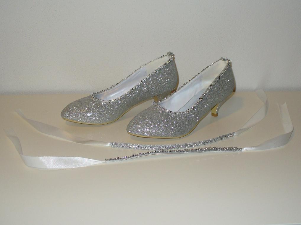 d110b75e9f7 Stříbrné třpytivé svatební boty